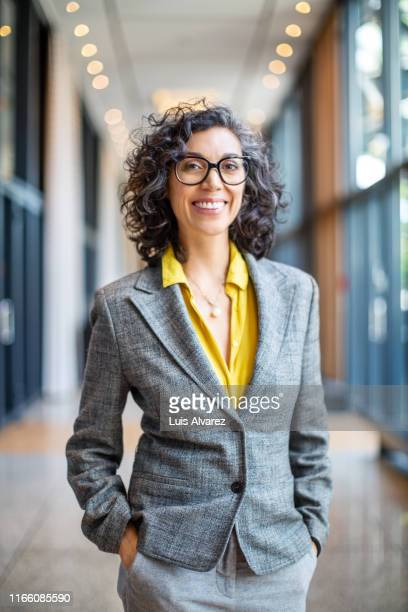 portrait of confident businesswoman in hotel corridor - variable schärfentiefe stock-fotos und bilder