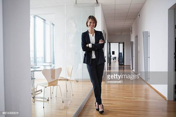 portrait of confident businesswoman in office hall - cadrage en pied photos et images de collection