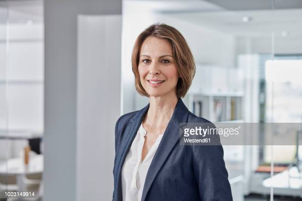 portrait of confident businesswoman in office - respekt stock-fotos und bilder