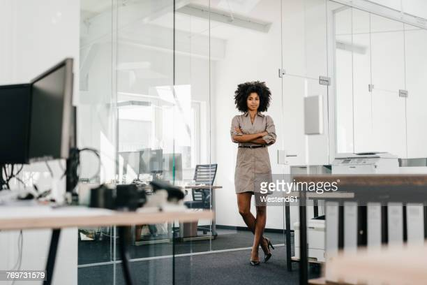 portrait of confident businesswoman in office - cadrage en pied photos et images de collection