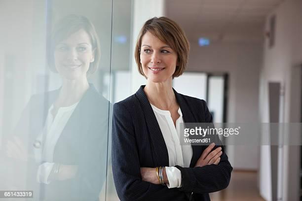 portrait of confident businesswoman - spiegelung stock-fotos und bilder