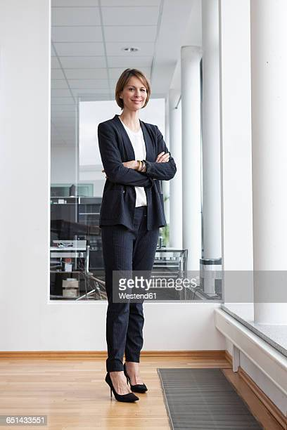 portrait of confident businesswoman - tenue soignée photos et images de collection
