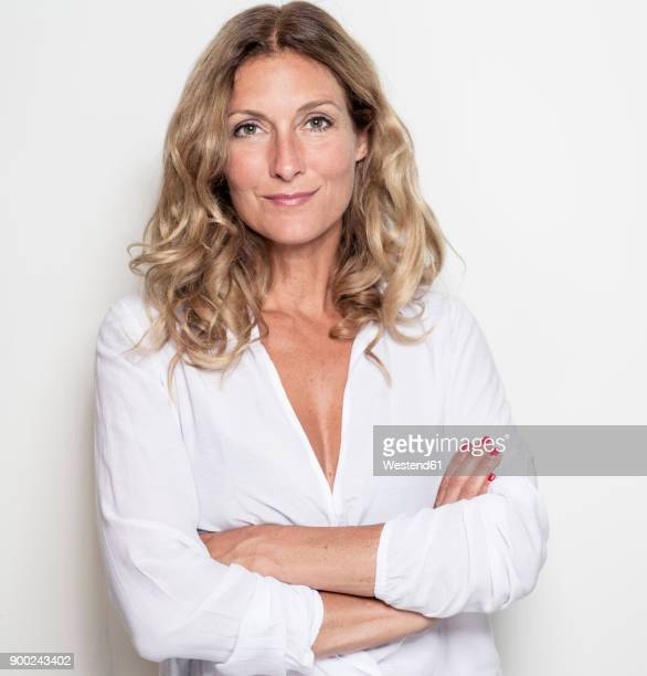 portrait of confident businesswoman - cheveux blonds photos et images de collection