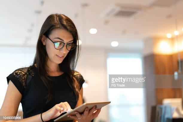 retrato de mulher de negócios confiante usando tablet no escritório - satisfação - fotografias e filmes do acervo