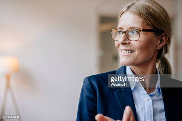 portrait of confident businesswoman wearing glasses - elegante kleidung stock-fotos und bilder