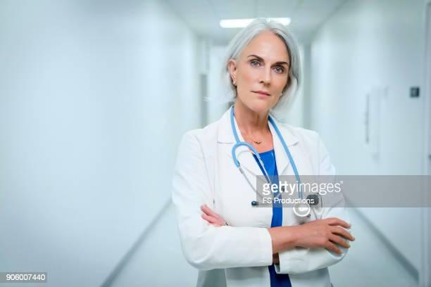 portrait of confident caucasian doctor in hospital - dottoressa foto e immagini stock