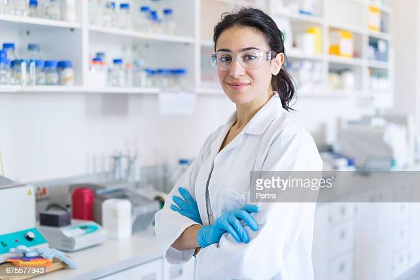 portrait of confident chemist at laboratory - laborkittel stock-fotos und bilder