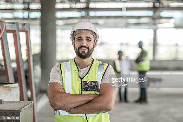 portrait of confident construction worker in construction site - arms crossed stock pictures, royalty-free photos & images