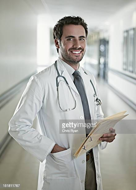 Retrato de seguro médico segurando a ficha médica no hospital