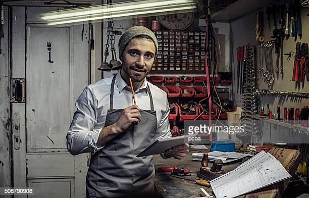 Porträt von zuversichtlich Unternehmer mit Digitaltablett in Workshops