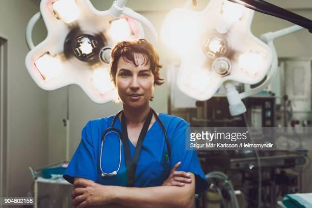 retrato do médico feminino confiante no hospital - da cintura para cima - fotografias e filmes do acervo