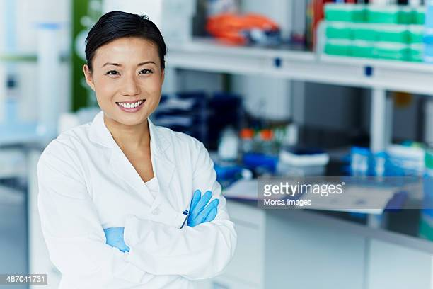 portrait of confident female scientist - laborkittel stock-fotos und bilder