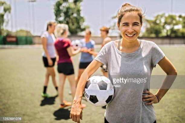 verticale du joueur de football féminin confiant - football féminin photos et images de collection
