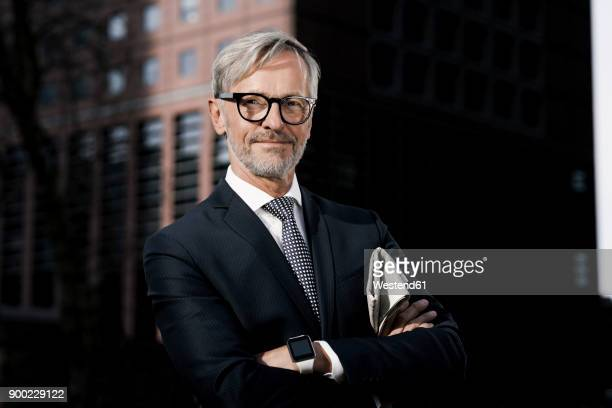 portrait of confident grey-haired businessman outdoors - elegante kleidung stock-fotos und bilder