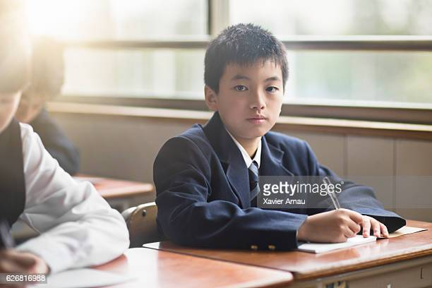 教室で自信に満ちた高校生の男の子の肖像画 - 男子生徒 ストックフォトと画像