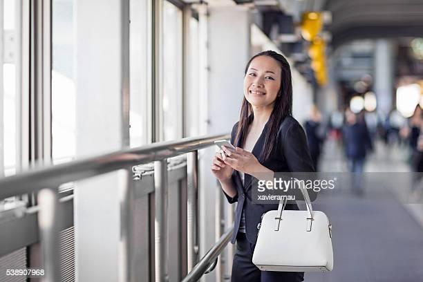 女性実業家の肖像自信に満ちた日本の駅
