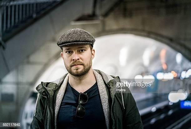 retrato de homem confiante na estação de trem - boina masculina - fotografias e filmes do acervo
