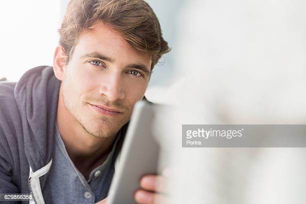 portrait of confident man lying on sofa - só um homem jovem - fotografias e filmes do acervo