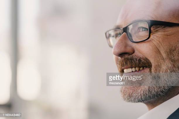 portrait of confident mature businessman - geschäftsmann stock-fotos und bilder