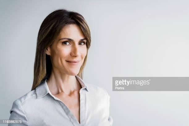 verticale de femme d'affaires mûre confiante - 45 49 ans photos et images de collection