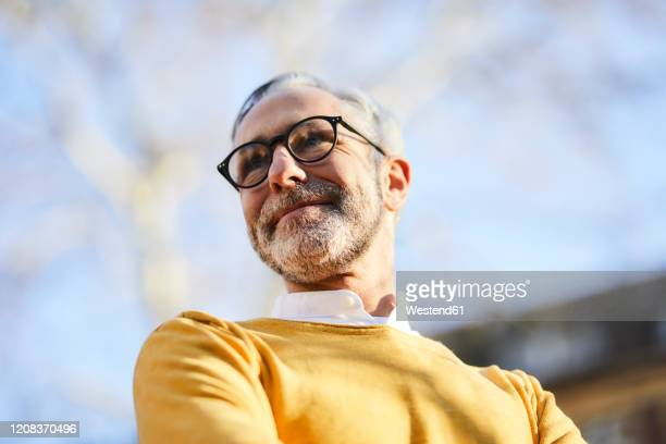 portrait of confident mature man outdoors - vista de ángulo bajo fotografías e imágenes de stock