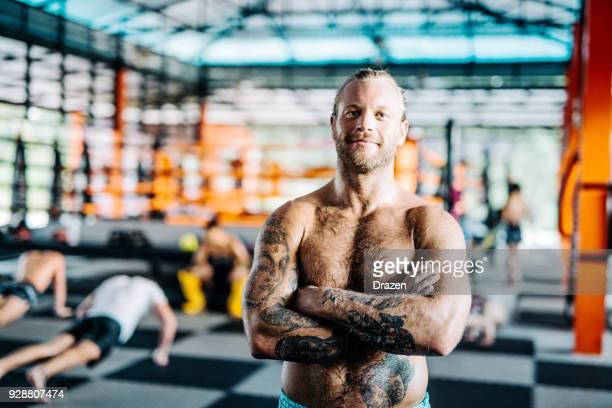 porträt von zuversichtlich skandinavischen mma und kick-boxing-kämpfer - behaarte männer stock-fotos und bilder