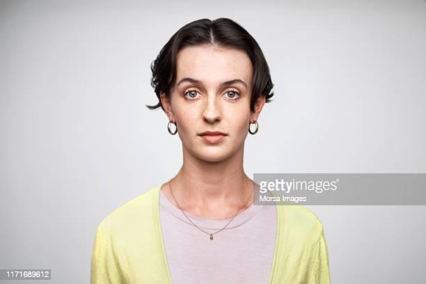 portrait of confident serious female entrepreneur - occhi nocciola foto e immagini stock
