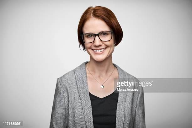 portrait of confident smiling female entrepreneur - 30 34 jahre stock-fotos und bilder