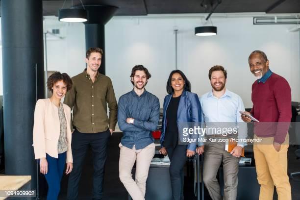retrato da equipe confiante esperando no novo escritório - grupo médio de pessoas - fotografias e filmes do acervo