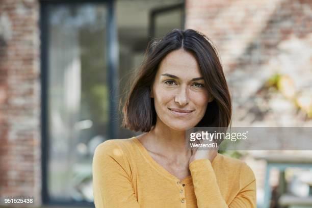 portrait of confident woman in front of her home - 35 39 jahre stock-fotos und bilder