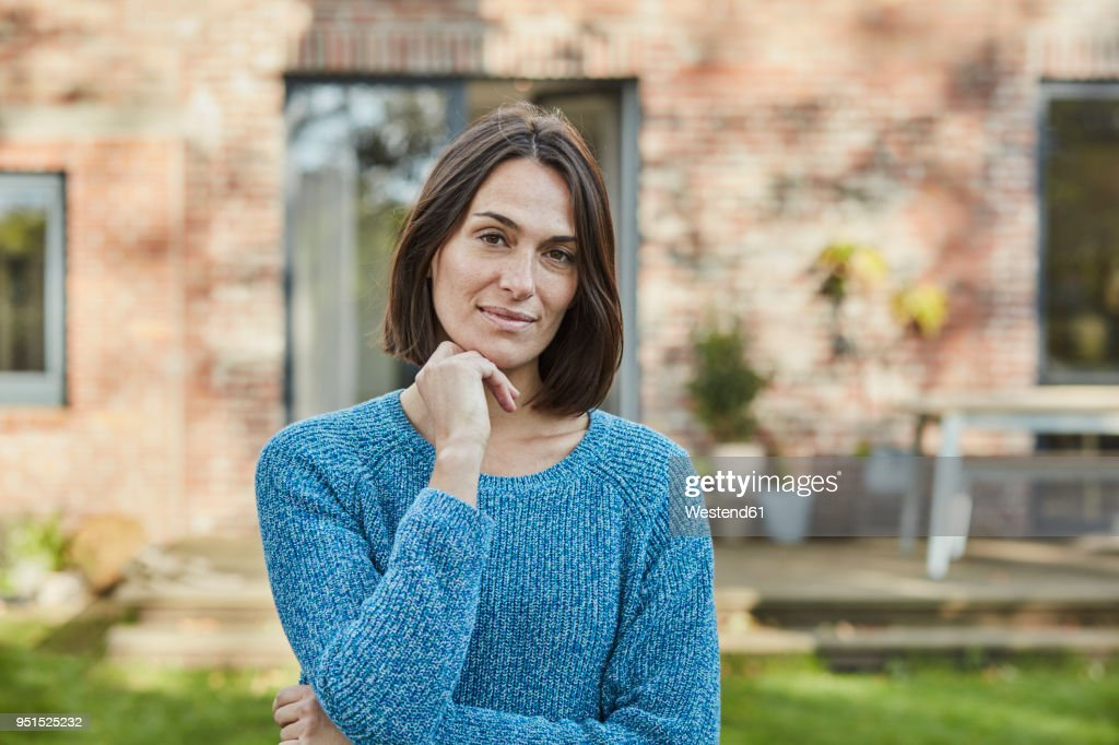 Portrait of confident woman in garden of her home : Stock-Foto