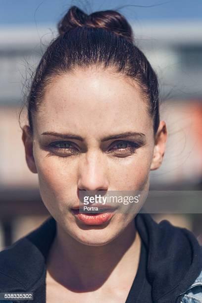 Porträt von zuversichtlich Frau im Freien
