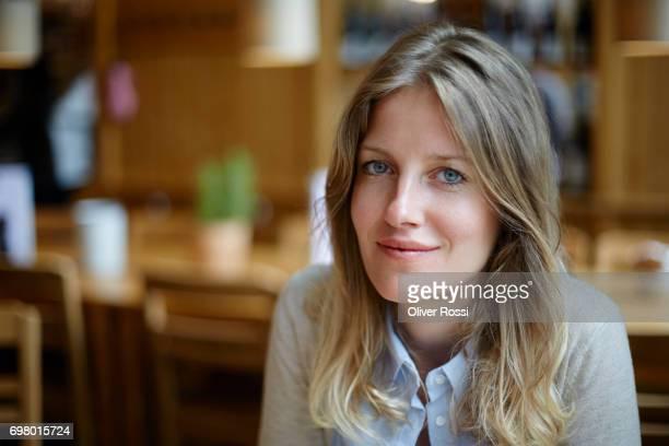 portrait of confident woman - 30 34 jaar stockfoto's en -beelden