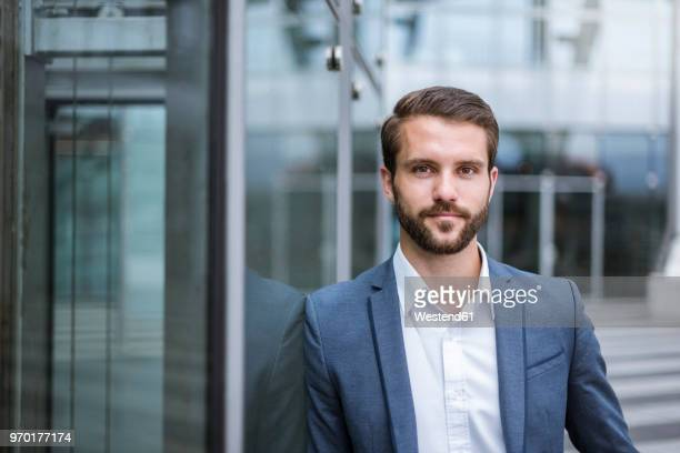 portrait of confident young businessman - anzug stock-fotos und bilder