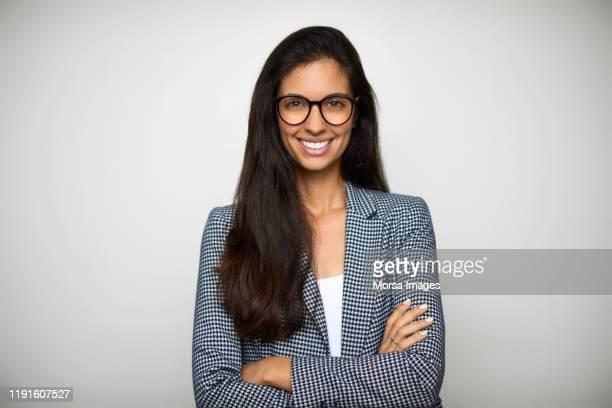 portrait of confident young businesswoman - trabalhadora de colarinho branco - fotografias e filmes do acervo