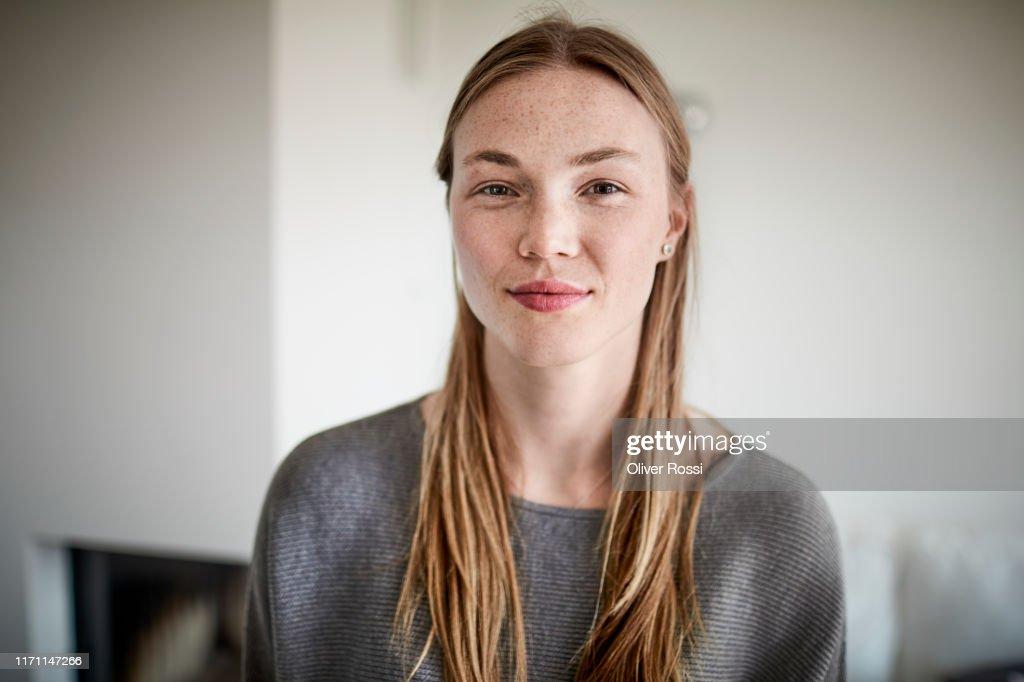 Portrait of confident young woman : Photo