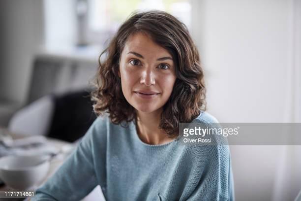 portrait of confident young woman - cabello castaño fotografías e imágenes de stock