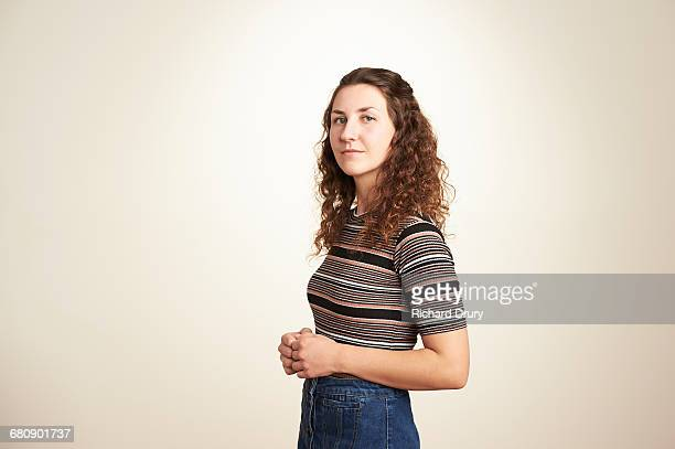 portrait of confident young woman - dreiviertelansicht stock-fotos und bilder