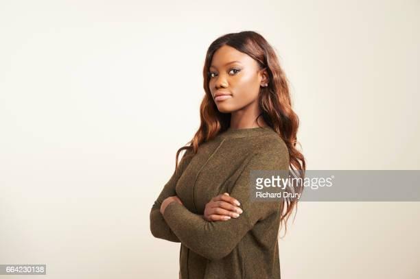 portrait of confident young woman with arms folded - girl power provérbio em inglês - fotografias e filmes do acervo