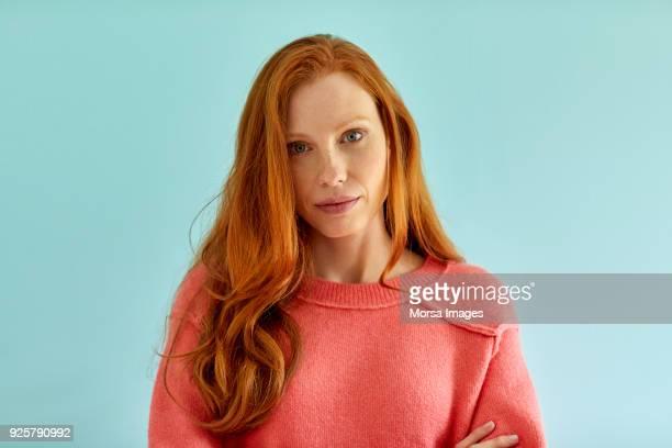 porträt der selbstbewusste junge frau mit langen haaren - rotes haar stock-fotos und bilder