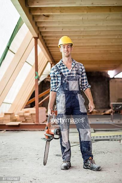 Porträt von Bauarbeiter mit Stichsäge