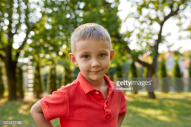 portrait of content boy in garden - serbie photos et images de collection