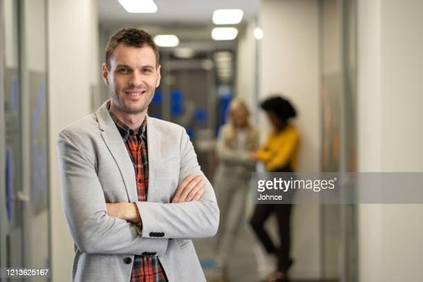 verticale de l'homme d'affaires de contenu - plan moyen angle de prise de vue photos et images de collection