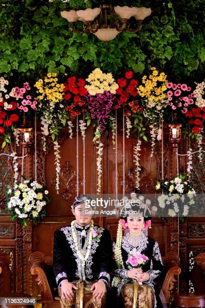portrait of couple at wedding ceremony - java indonesia fotografías e imágenes de stock