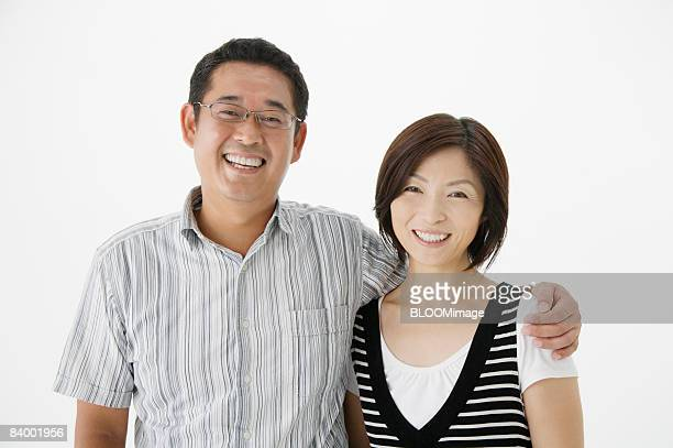 portrait of couple, close-up, studio shot - mid volwassen koppel stockfoto's en -beelden