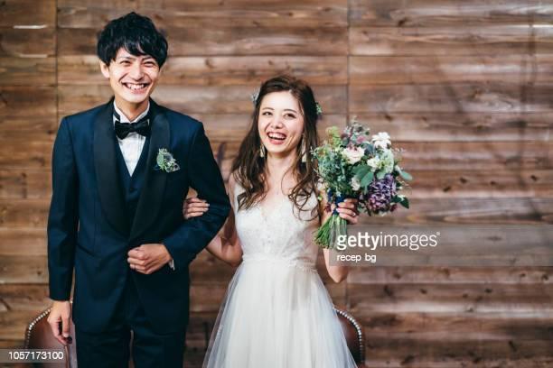 結婚式の時のカップルの肖像画 - ウェディング ストックフォトと画像