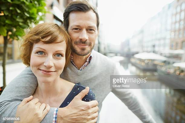 portrait of couple hugging outdoors - 40 44 jahre stock-fotos und bilder