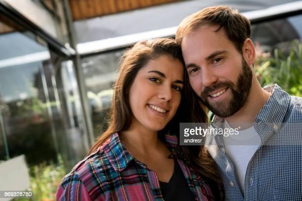 Portrait de couple penché la tête en regardant ensemble caméra souriant