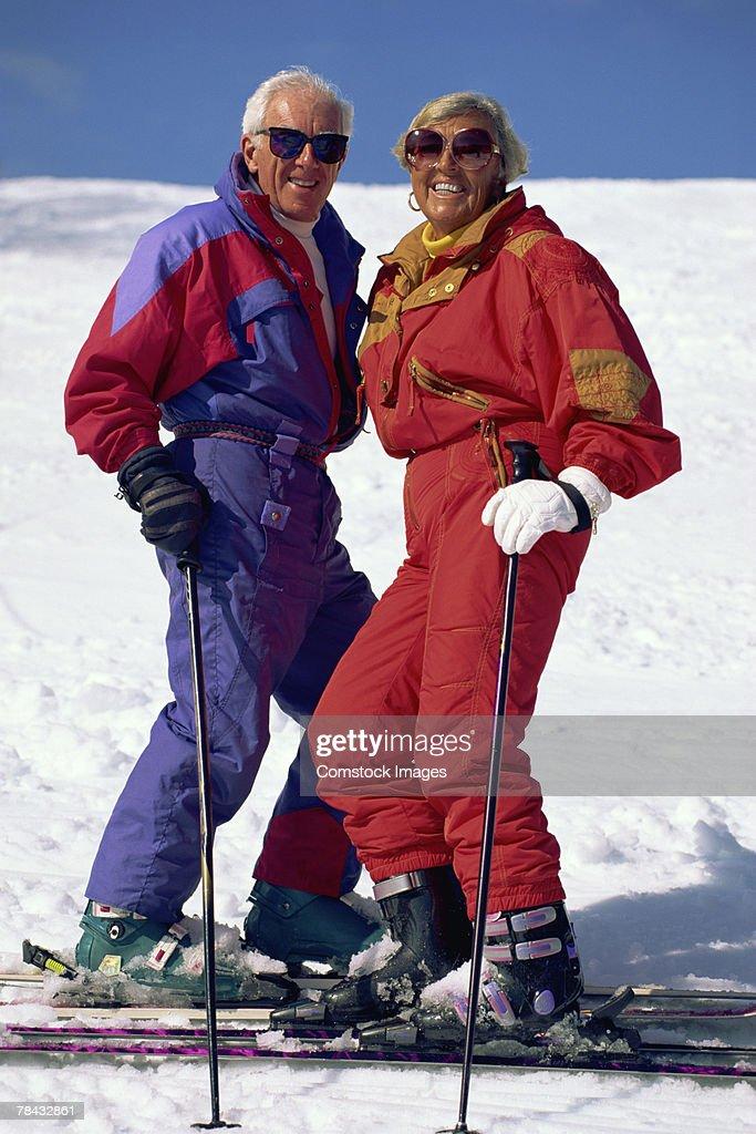 Portrait of couple skiing : Stockfoto