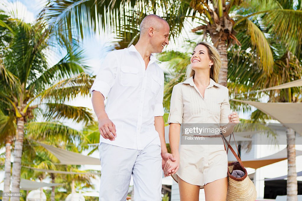 Portrait of couple walking in tourist resort : Foto de stock